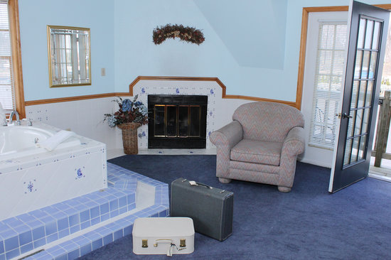 Old Harbor Inn: Huge Harbor Grande with a Jacuzzi, fireplace and private balcony over the harbor.