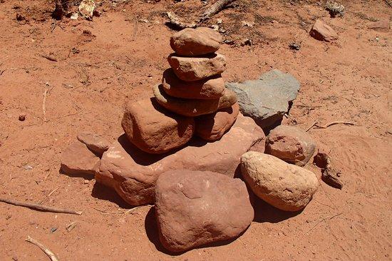 Devil's Bridge Trail : pile of stones marking trail