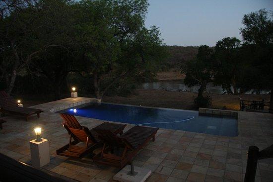 Kurhula Wildlife Lodge : Een pracht uitzicht van uit het zwembad