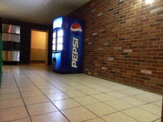Express Inn New Stanton PA Hotel: Soda machine and Ice machine in Corridor