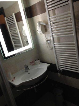 Yes Hotel: Lavabo et sèche serviette