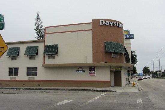 Days Inn by Wyndham Miami Airport North: exterior