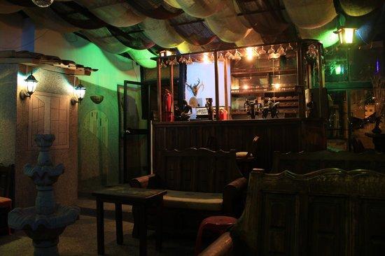 La Casa Tolena Hostal: Bar en el ultimo piso del hostal con vista a la parte historica de Quito