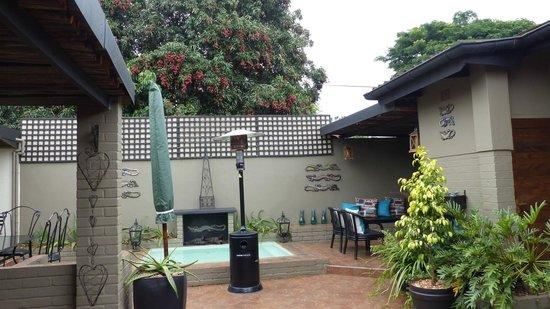 Ama Zulu Guesthouse: Grillplatz zwischen den Zimmern