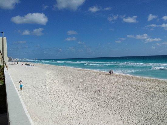 Crown Paradise Club Cancun: Beach