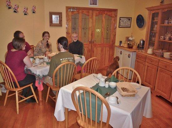 Peggy O'Neills B&B: wonderfully cosy breakfast room