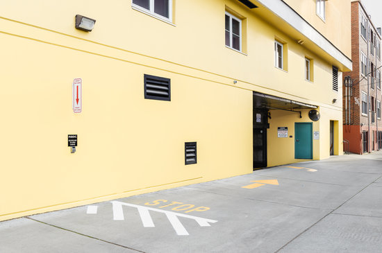Mediterranean Inn: Garage