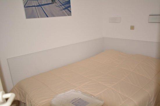 Pierre & Vacances Residence Tilia : Спальня, в которой кроме кровати ничего не помещается