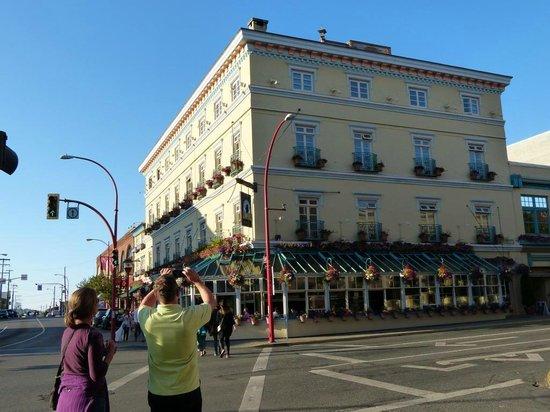 Swans Hotel & Brewpub: Daytime view of hotel