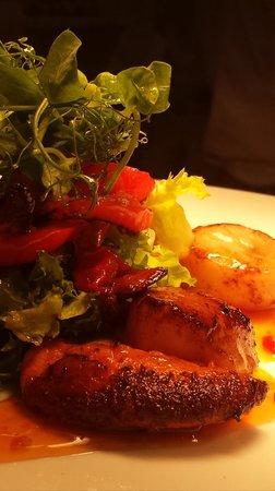 Mojac's Restaurant and Bar: Fresh scallops with sweet chilli sauce - yum!