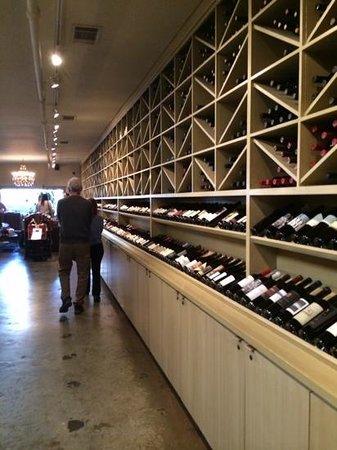 Los Olivos Wine Merchant & Cafe: Parte da adega.