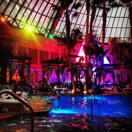 Harrah's Resort Atlantic City: Harrahs Pool at night- right before transitioning to nightclub.