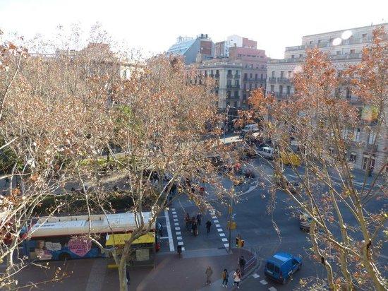 H10 Urquinaona Plaza: Little plaza outside the hotel