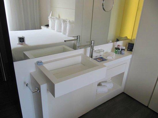 H10 Urquinaona Plaza Hotel: Sink