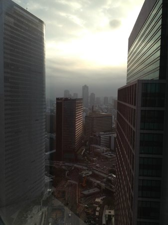 Park Hotel Tokyo: the break of dawn seen from the room