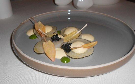 Den Vleestoog: Scallop with black radishes