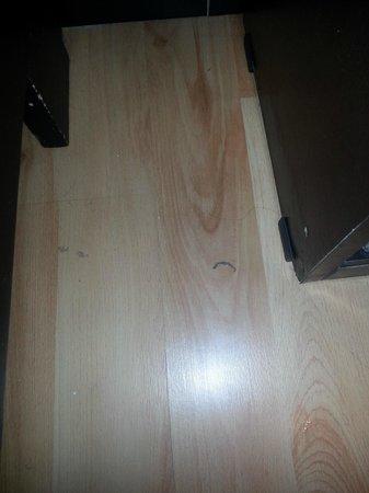 ExpoHotel Bogota: El piso sucio del cuarto al mmento de recibir la habitacion. (The dirty floor in the bed room)