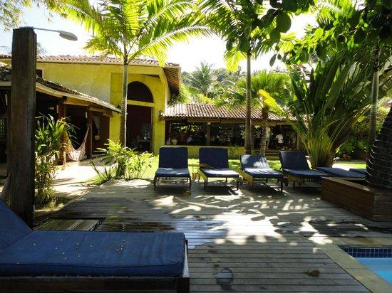 Villa das Pedras Pousada: área de lazer próximo ao bar da pescina