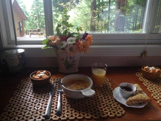 The Roaring River Bed & Breakfast: Breakfast