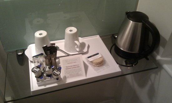 The Bell Inn Hotel : Tea / Coffee facilities and nice biscuits