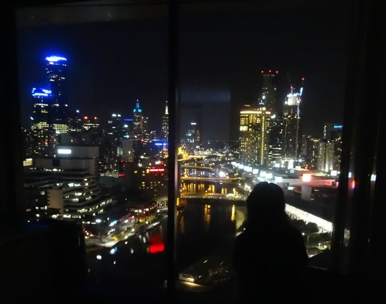 Hilton Melbourne South Wharf : Night view from double bedroom suite