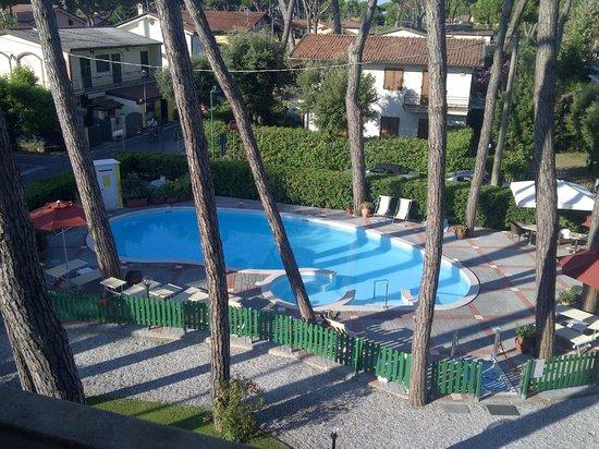 Le Pleiadi: la piscina dell'hotel vista dalla nostra camera
