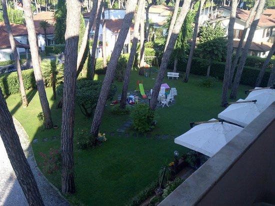 Le Pleiadi: il giardino dell'hotel visto dalla camera