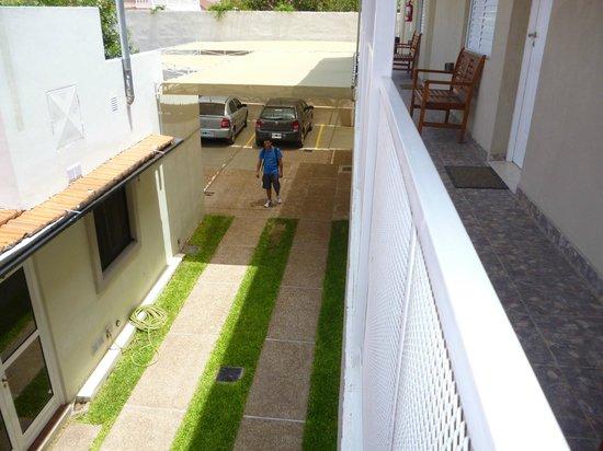 Hosteria Nahuel : vista desde la habitacion al garage