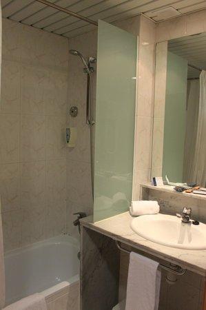 Alexandra Aparthotel : Bathroom in the room