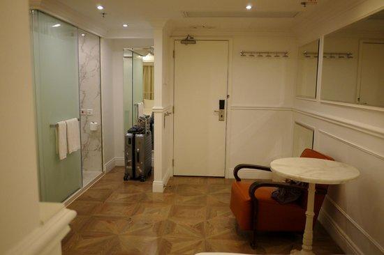 Mini Hotel Causeway Bay Hong Kong : Room and bathroom