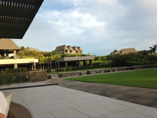 InterContinental Fiji Golf Resort & Spa: Looking from the bar area to the main restaurant