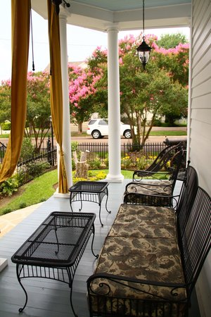RIsing Sun Bed and Breakfast: Side Porch