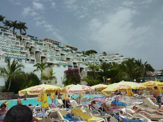 Hotel Altamar: Pool area - more accommodation floors below