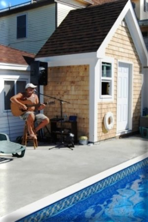 Beach Villa Motel & Cottages: Ray Laboz plays poolside Friday's in season