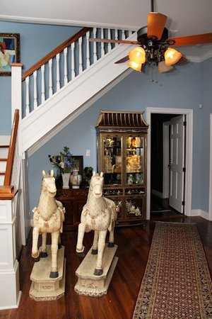 RIsing Sun Bed and Breakfast : Ivory Parade Horses