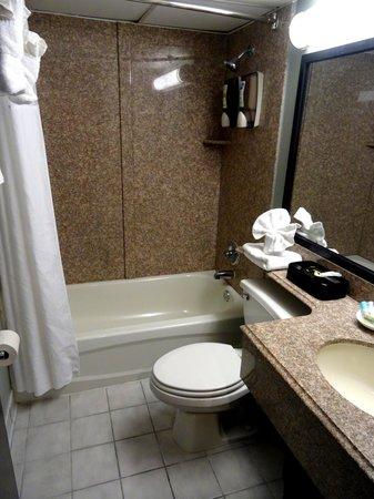 BEST WESTERN PLUS Sandcastle Beachfront Hotel : 2 Queen Oceanfront Room Bathroom