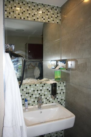 MEININGER Hotel Amsterdam City West: Zona Lavamanos
