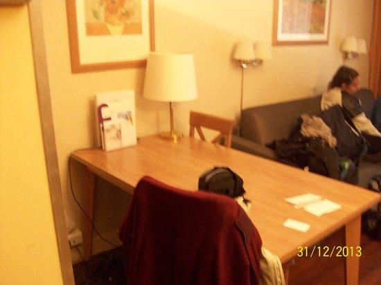 Citadines Trocadéro Paris : Foto de Mesa dentro de la habitación.