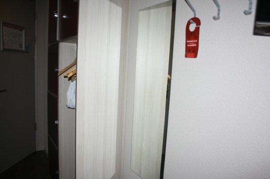 MEININGER Hotel Amsterdam City West: Pasillo con taquillas y zona para colgar