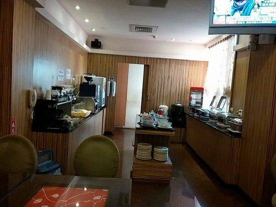 Uinn Relax Hotel: The small restaurant that serves buffet breakfast