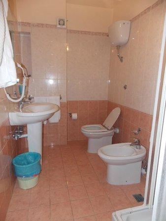 Hotel Alexander: baño