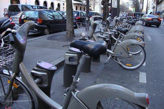 Ibis Styles Paris Gare de l'Est Château Landon : Locador de bicicletas no centro de Paris. Tinha outro deste na frente do hotel.
