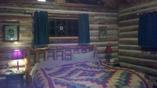 Guest House Log Cottages: Bedroom