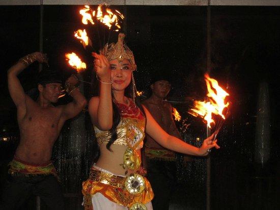 Discovery Kartika Plaza Hotel: Buffet entertainment