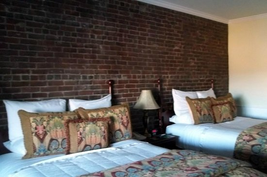Lord Camden Inn : great brick wall, apparently real
