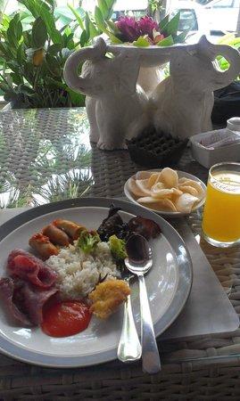 Villa Kayu Raja : Breakfast