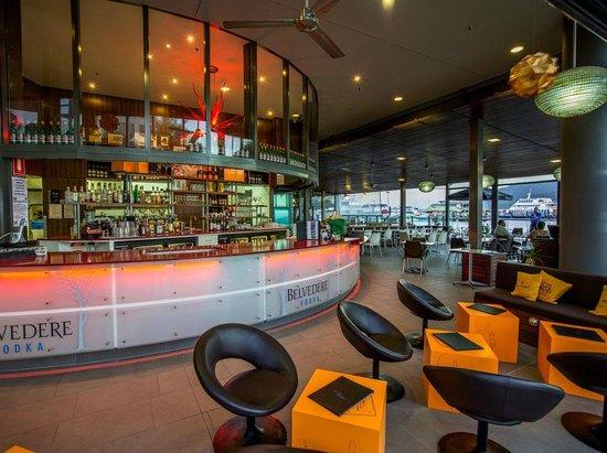 Marina Paradiso: Enjoy a cocktail in our Veuve clicquot bar