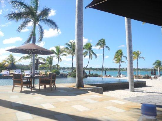 Four Seasons Resort Mauritius at Anahita: restaurant on beach