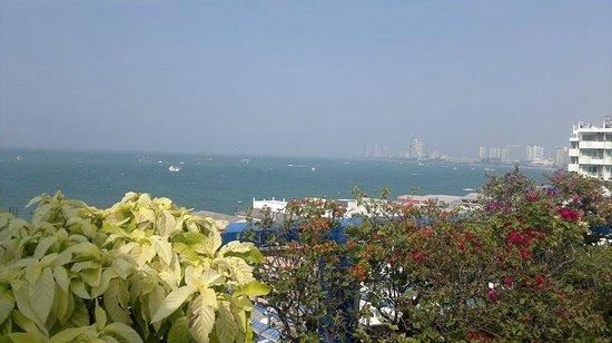 Diamond Beach Hotel : Nice view of Pattaya Bay from roof