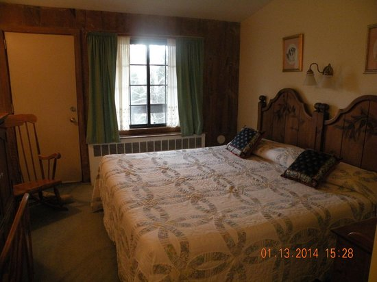 Summit Lodge & Resort : Typical room with king bed.